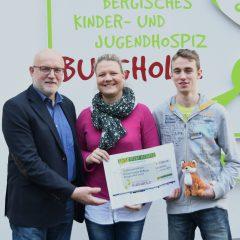 Abiturienten des Gymnasiums Herkenrath und Hits fürs Hospiz spenden fürs Kinderhospiz