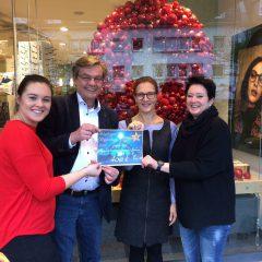 Bensberger Krippenweg: Händler überreichen Spende an den Kinderschutzbund